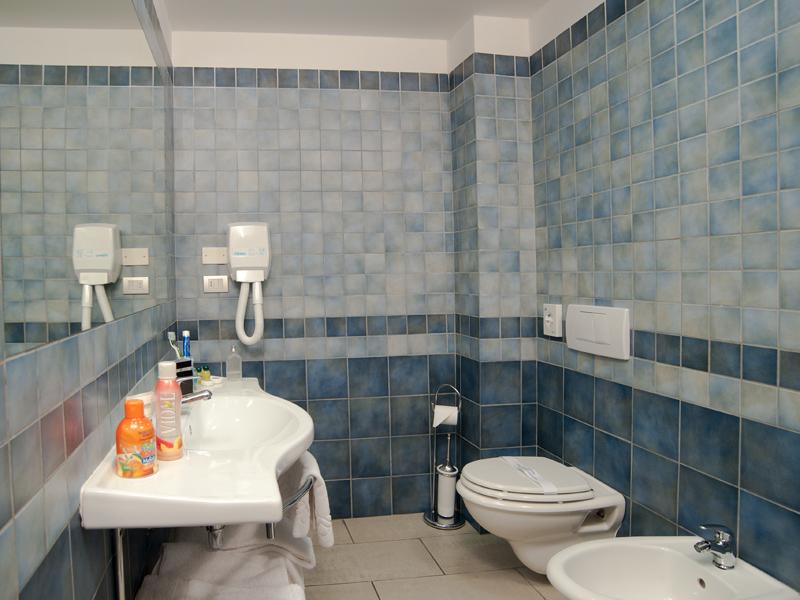 Camere in hotel 3 stelle con wi fi gratis - Piano lavandino bagno ...