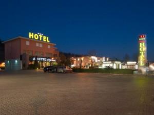 L'hotel visto dall'ingresso di via Poggilupi