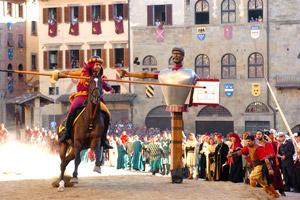 Carriera di un cavaliere durante la Giostra del saracino ad Arezzo