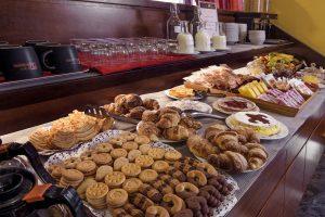 Super buffet: 2 tavoli, uno per il dolce ed uno per il salato